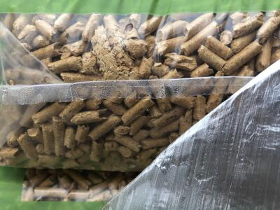 Detail vlhkosti poskozene drevene pelety v pytli - nahled